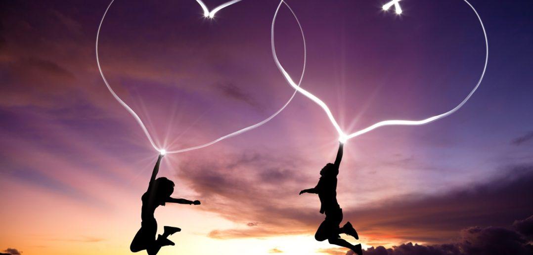 Aşk parmaklarda değil sadece, yürekten yüreğe mühürlü olması gerek. Eşini namaza durur gibi seveceksin sağa, sola bakmayacaksın!